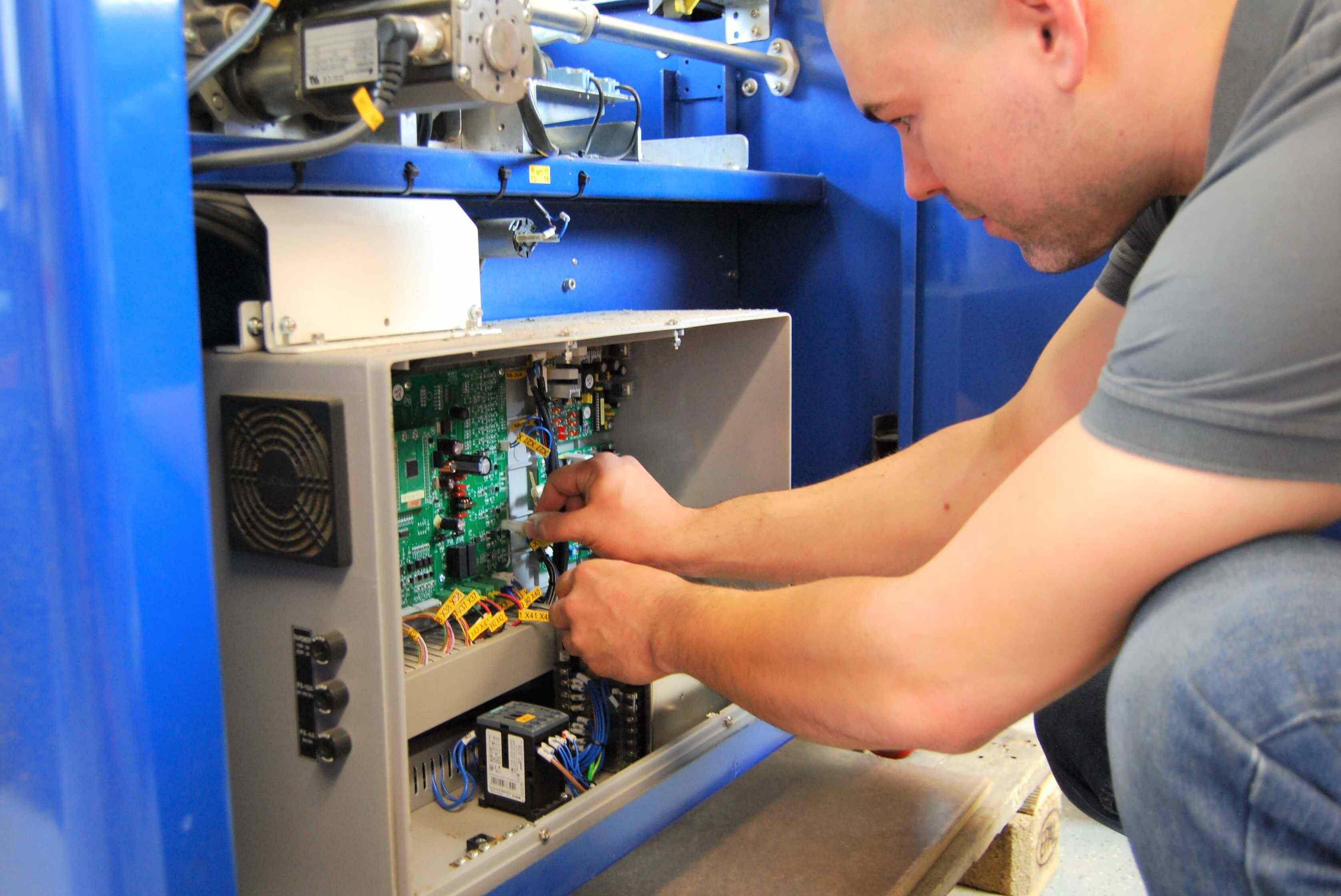 Unser technischer Service wartet und repariert Ihre Maschinen und Geräte